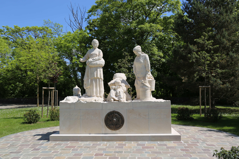MONUMENT EN HONNEUR AUX FEMMES DU MONDE RURAL PENDANT LES DEUX GUERRES MONDIALES