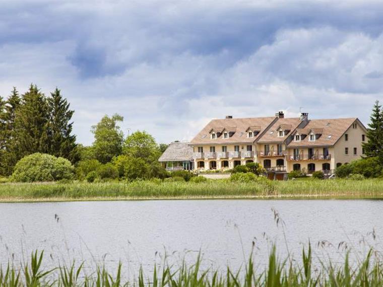 Le lac de l'Abbaye et l'hôtel-restaurant Lou Granva