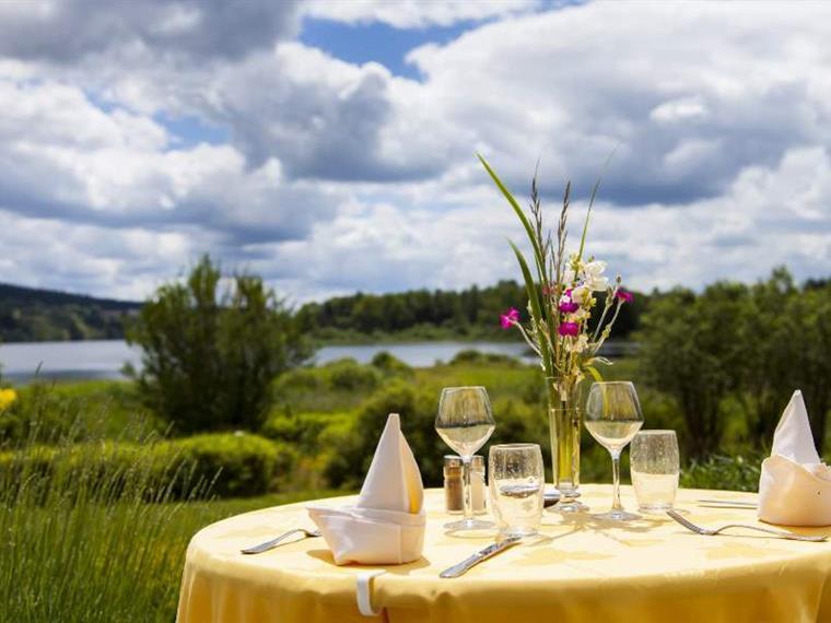 Déjeuner en terrasse à l'Hôtel-restaurant** Lou Granva