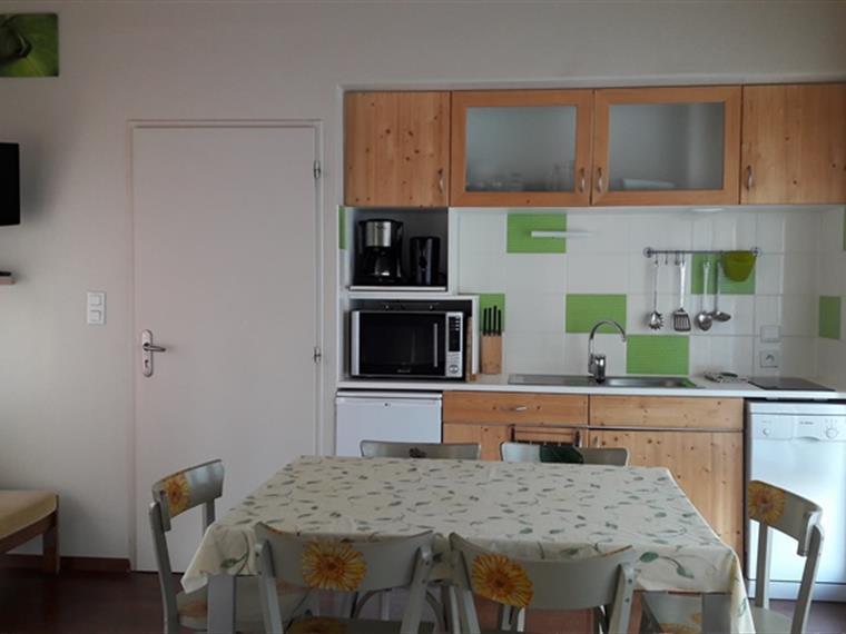 Kitchenette et pièce de vie des cottages du Bugnon